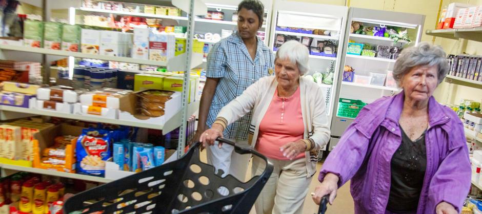 Beboere er på handletur sammen med pleier i Økernhjemmets egen matbutikk.