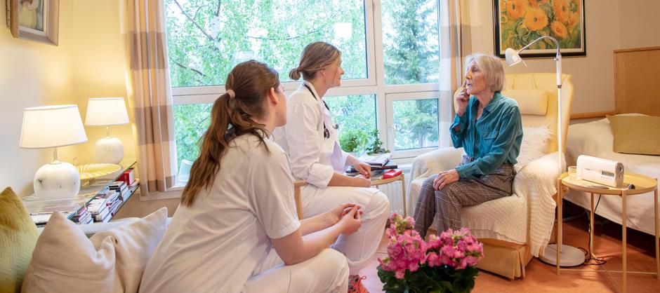 Sykehjemslege på besøk hos beboer.