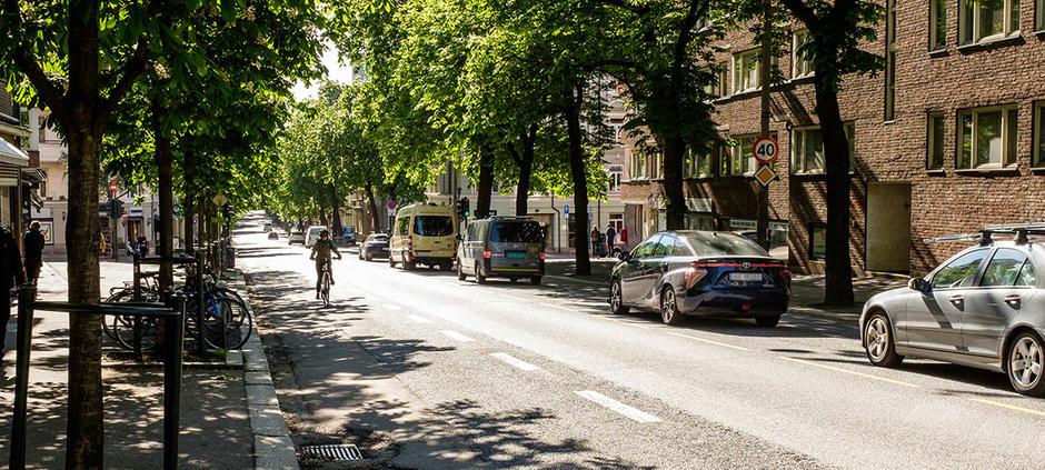 Bilde av syklist som sykler i veibanen oppover i Bygdøy allé. Det er kø av bilder som kjører nedover gaten.