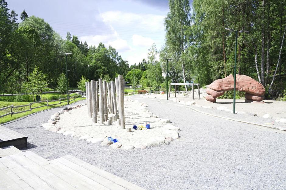 Lekeplass med sand, grus og hinderløype