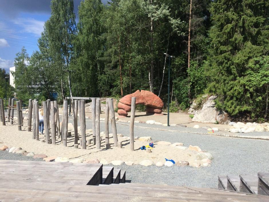 Lekeplass med steinbue og hinderløype