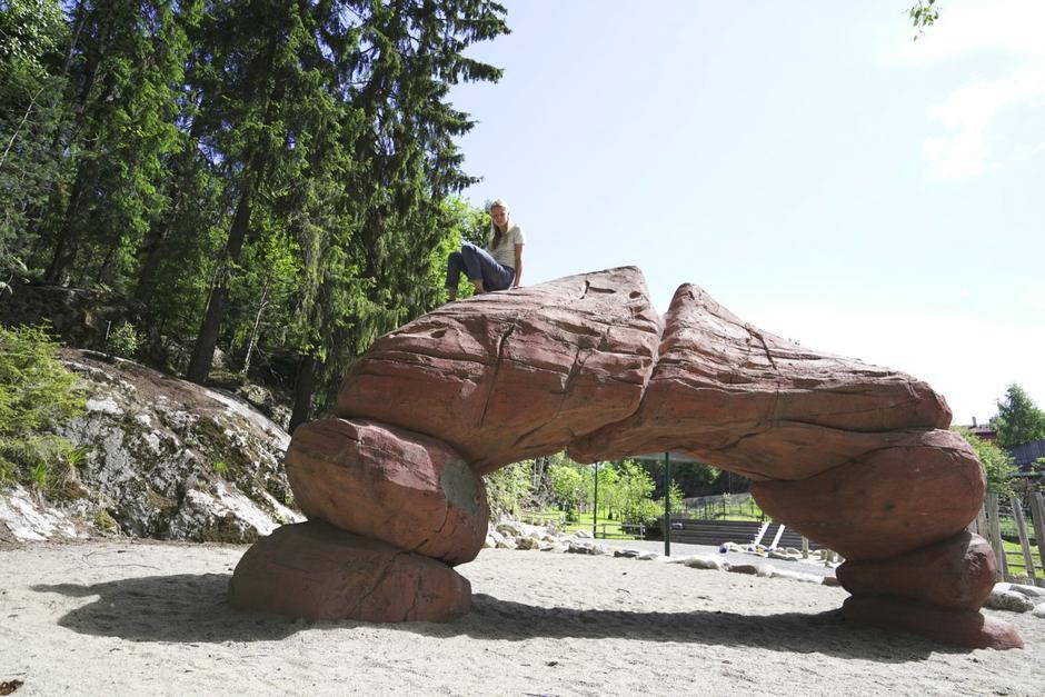 Steinbue på lekeplass med jente på toppen