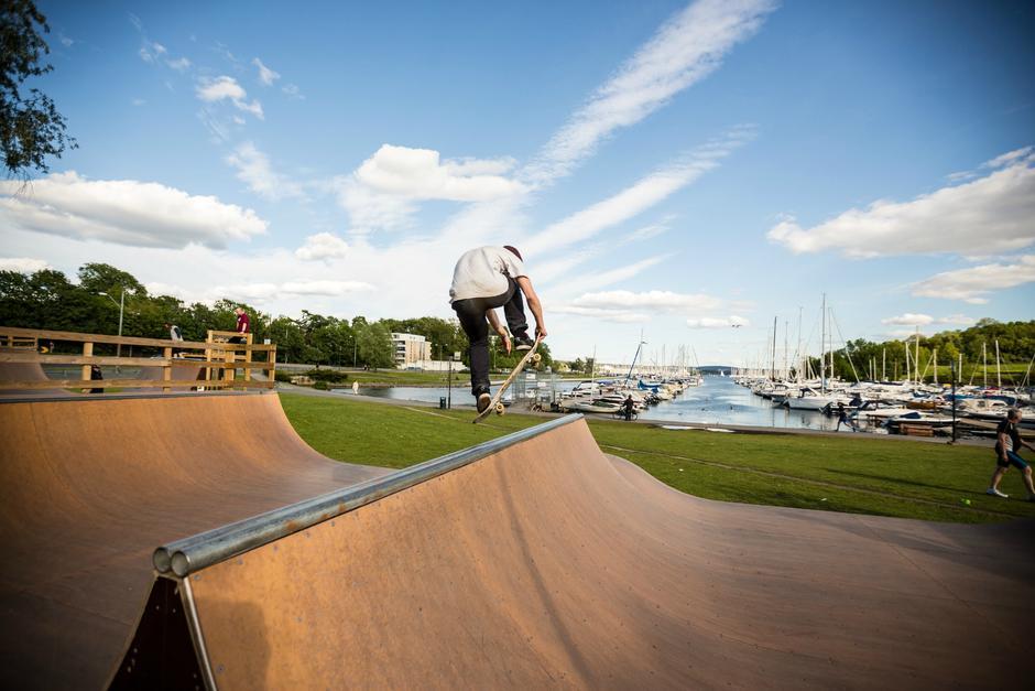 Gutt som trikser med skateboard