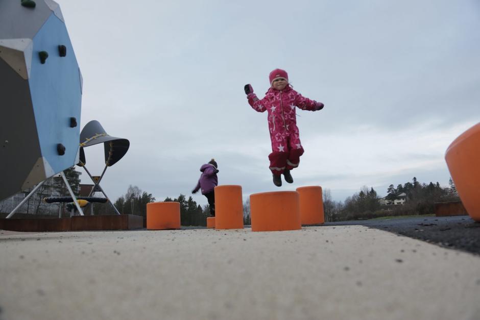 Barn som hopper på lekestubber