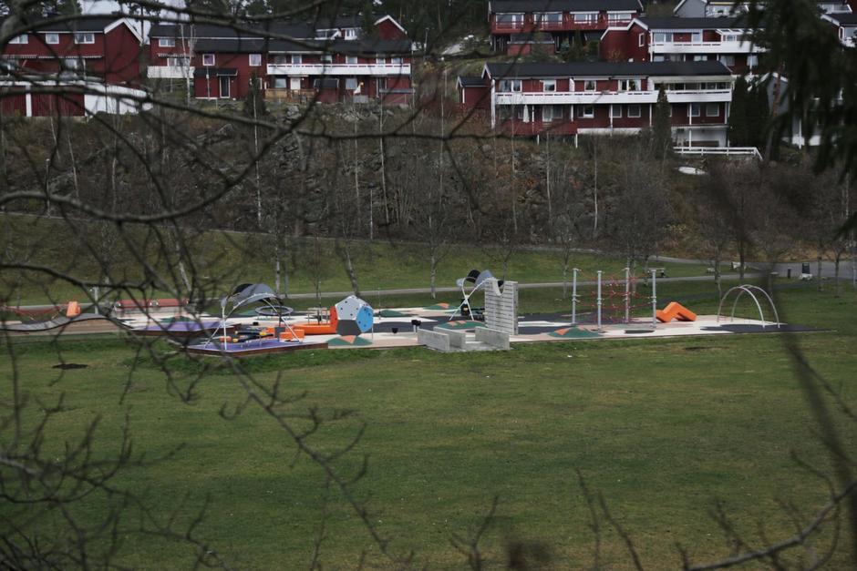 Lekeplass med forskjellige klatrestativ og trampoliner