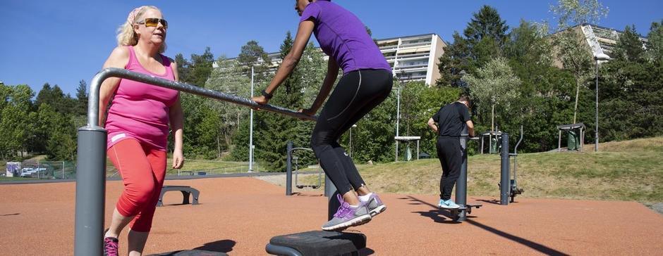 Mennesker som trener med treningsapparater