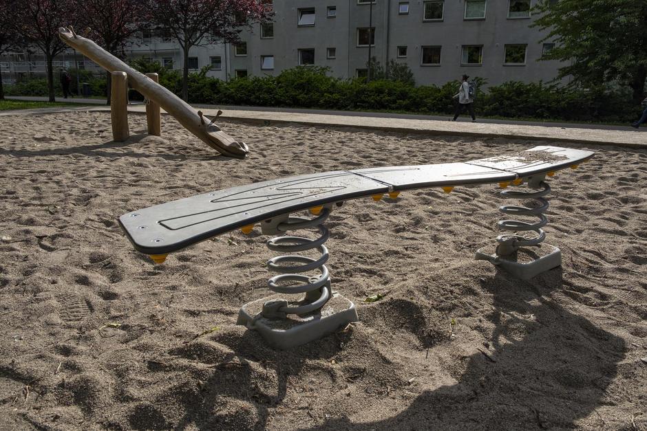 Fjærbenk i sandkasse