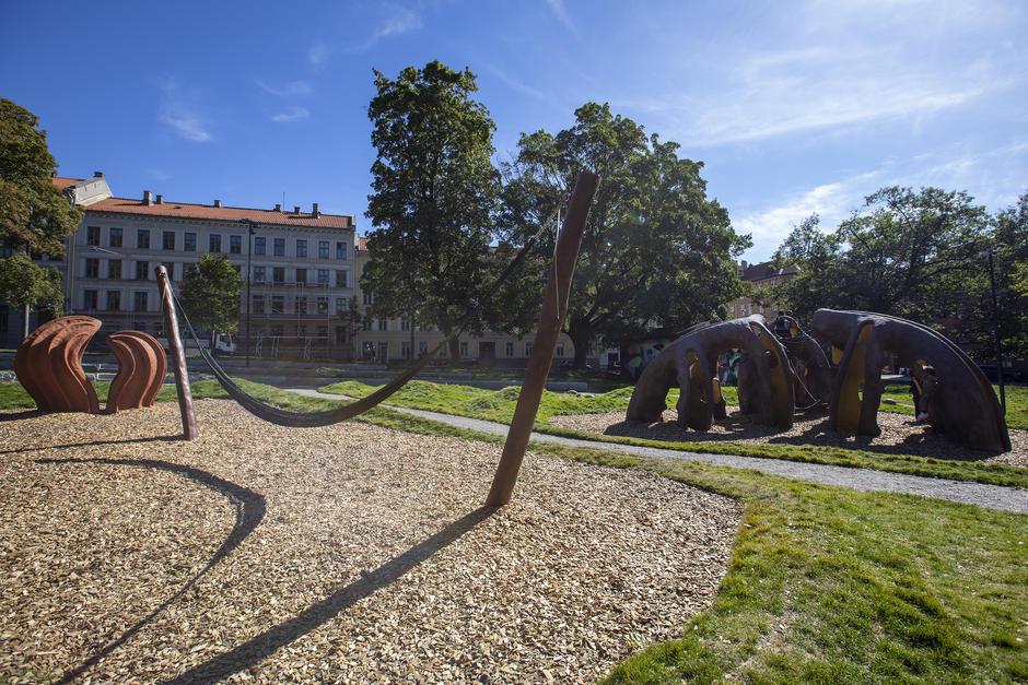 Lekepark med hengekøye og klatrestativ