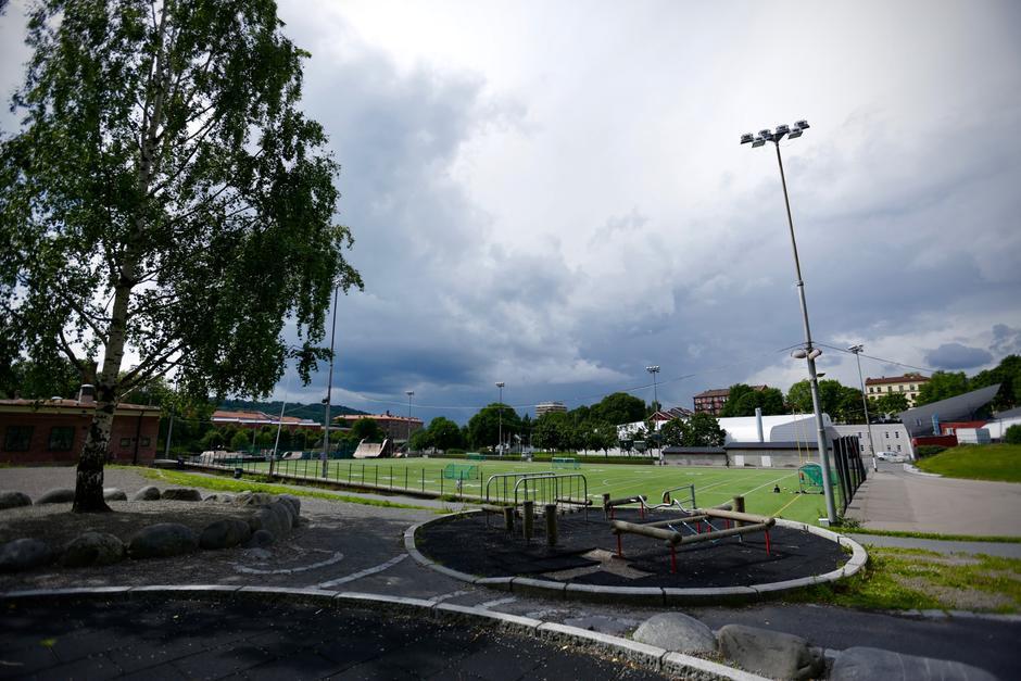Oversiktsbilde over fotballbanen og lekeplassen