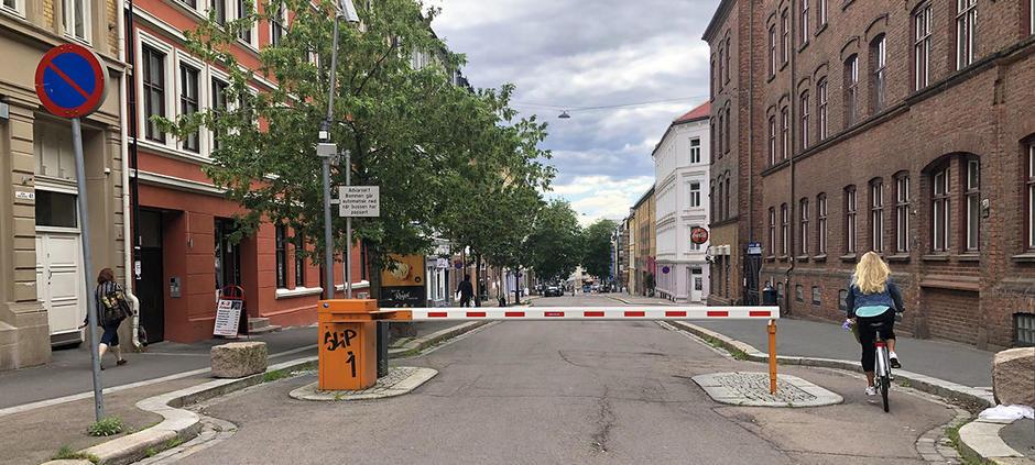 Bilde av bommen som står i Tøyengata og en syklist som sykler rundt.