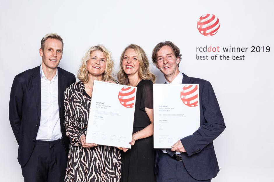 Foto fra da prisen ble mottatt i Berlin. F.v. Thor Erik Ramleth fra Creuna, Hanne Rønning Jorud og Anne Aagaard fra Oslo kommune og Marc Ligeti fra Creuna. Foto: Red Dot.