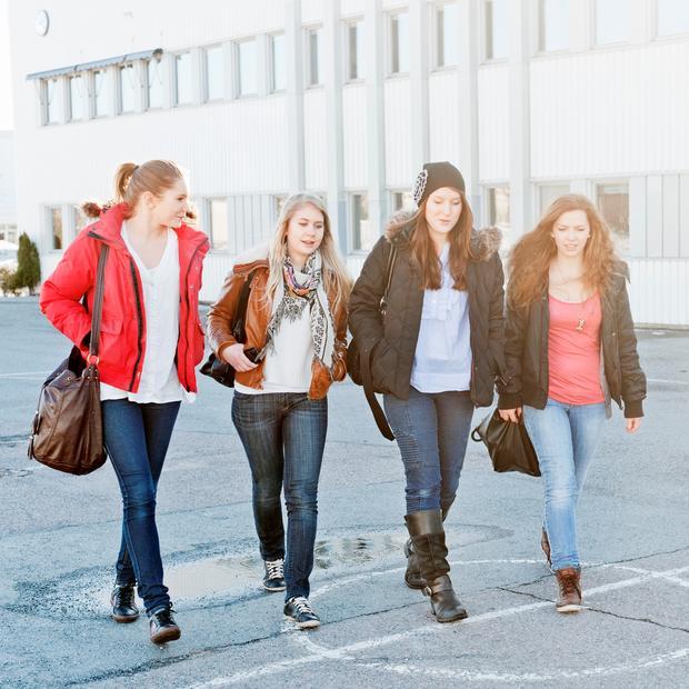 Bilde av fire jenter som går bortover