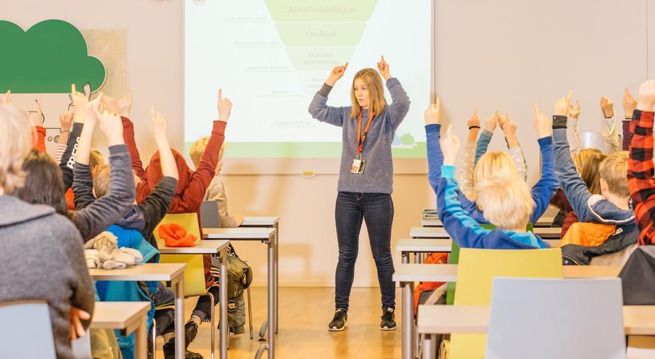 Barn får en gjennomgang i klasserommet.