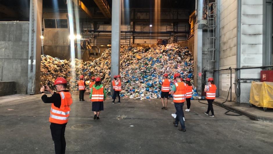 Oslobeboere besøker anlegget og tar bilde av alt avfallet.