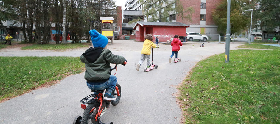 Barn som sykler i hagen i SiO Barnehage Klossen
