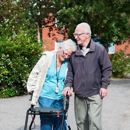 Bildet viser et eldre par med rullator.