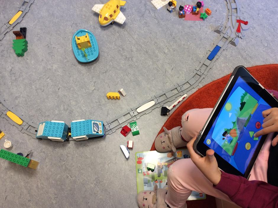 Barn styrer duplolokomotiv fra Ipad