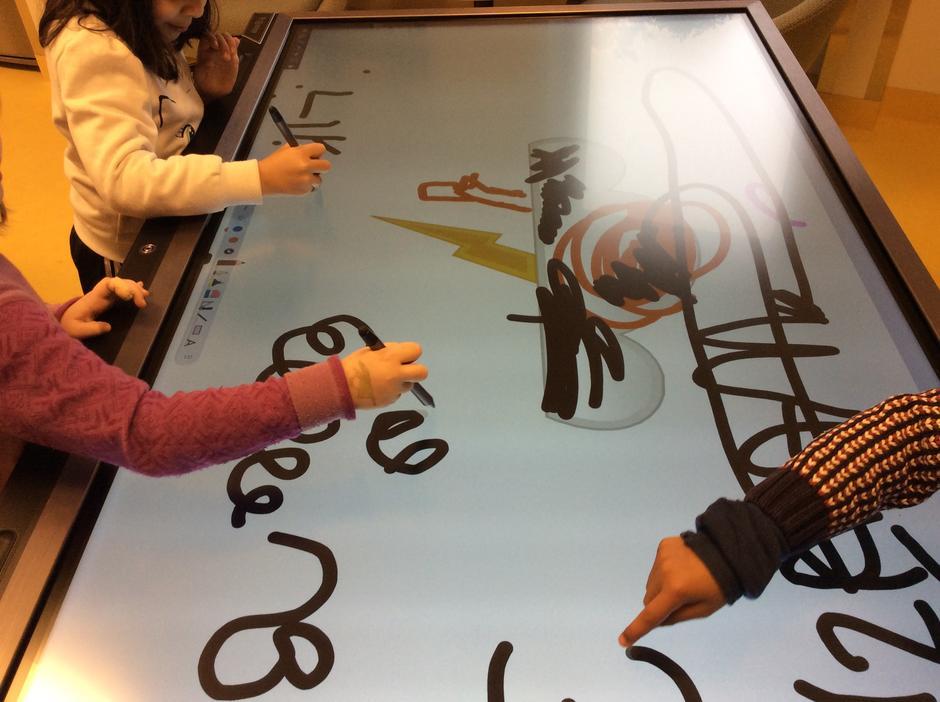 Barn tegner med fingre på prowise dataskjerm