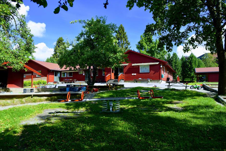 Borgenveien barnehage med utemiljø om sommeren