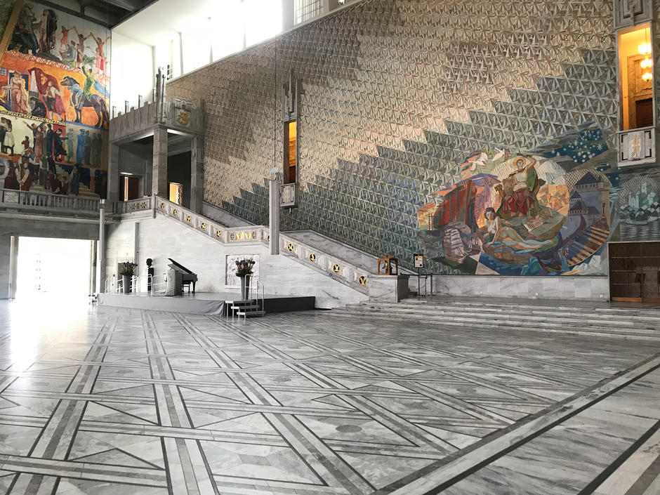 Rådhushallen er stor og lys med en stor stentrapp.