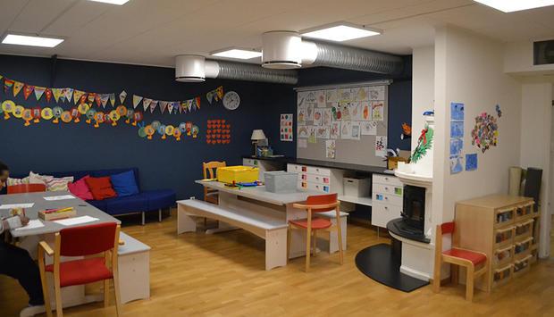Stillerommet io barnehagen med mange barnetegninger