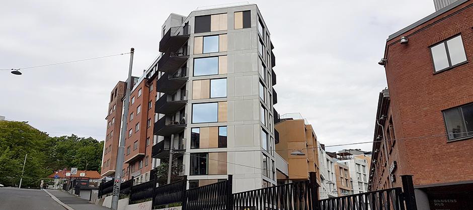 Smalt bygg på åtte etasjer med balkonger på den ene siden. Ligger i en skrå helling.
