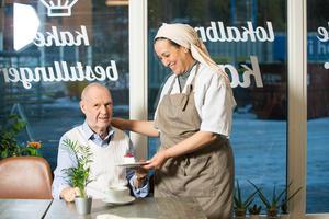 Odd Østerdahl er stamkunde hos Nayat og er innom kafeen hver dag. Foto: Ellen J. Jarli