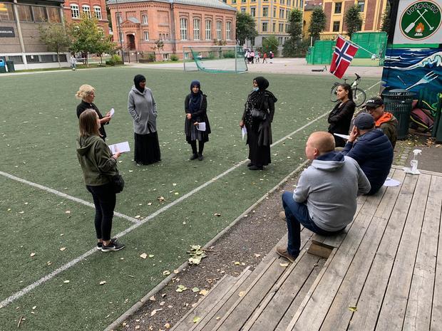 Områdeløft samarbeider med lokale ambassadører, utenfor Vahl skole høsten 2020