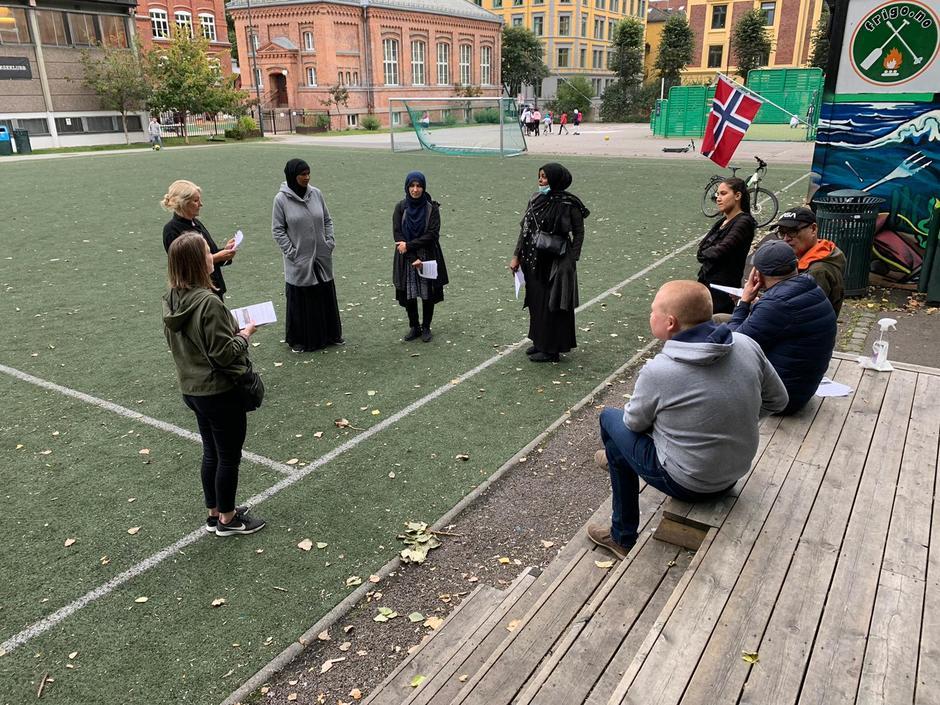 Områdeløft samarbeider med lokale ambassadører, utenfor Vahl skole høsten 2020.