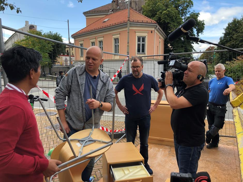 NRK på besøk i bydelen for å se hvordan vi gjenbruker kontormøbler.