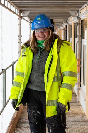 Tømrerlærling Emma Arnheim. Foto: Tove Lauluten