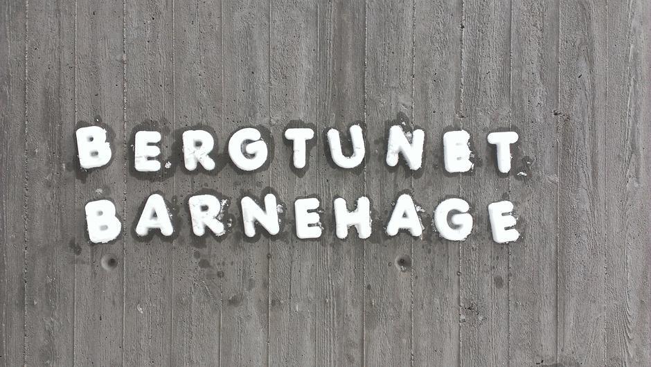 Bergtunet barnehage skrevet med snøbokstaver.