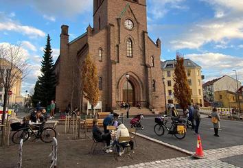 Kampen kirke, med folkeliv i forgrunnen.