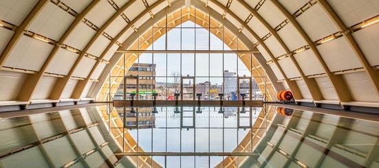 Svømmebassenget til Økern bad, med de store vinduene og buen i bakgrunnen.