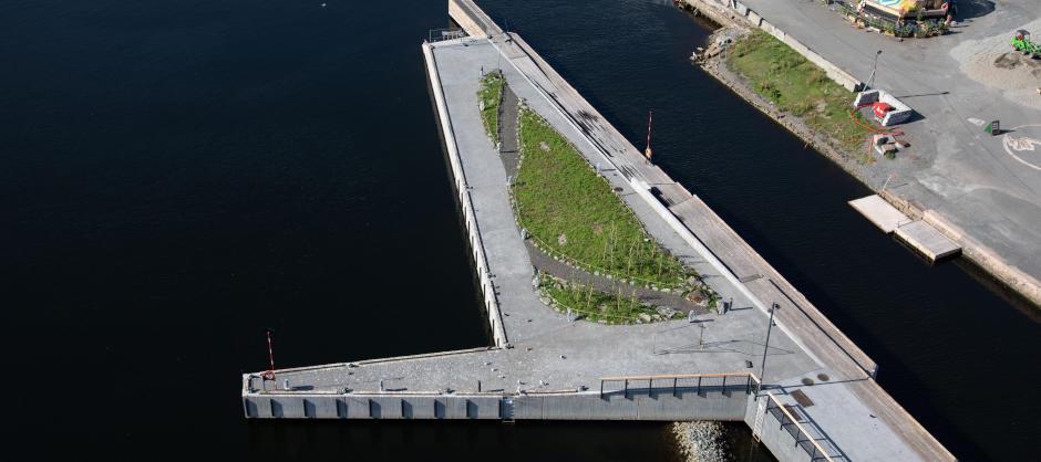 Foto av det nye området, en kunstig øy av betong og med en blomstereng. Området har forbindelse fra MUNCH via en 30 meter gangbro.