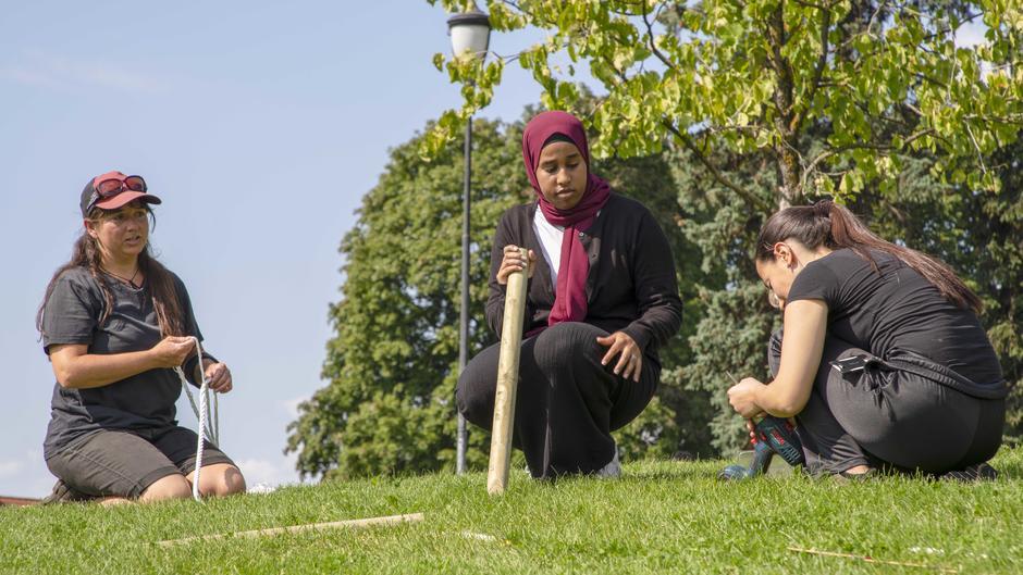 Bydelsbonden Natalie og de unge bybøndene Aysia og Chadia da de laget eng i Vålerengparken.