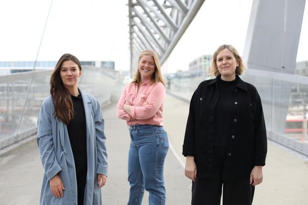 Tre damer fra Tøyen Unlimited, Bjørvikaforeningen og UngJobb på gangbroen til Barcode.