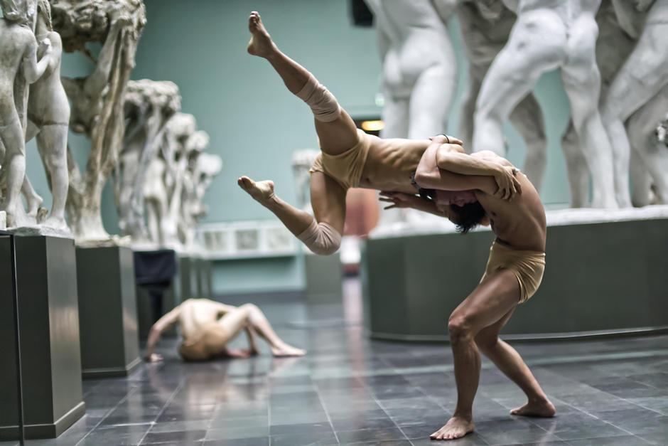 Tre dansere i skulptursalen i Vigelandsmuseet.