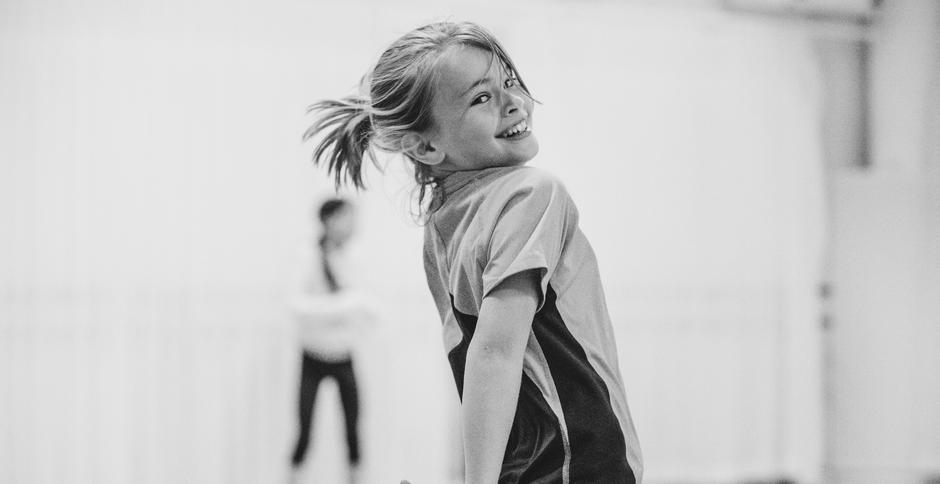 Sort/hvitt bilde av Erle Berg Eeg, 9 år, som danser i et øvelsesrom.