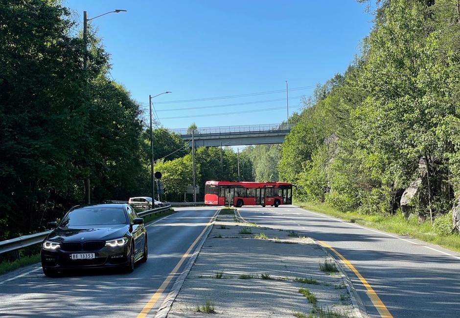 Bilde av Ljabruveien med møtende bil og buss