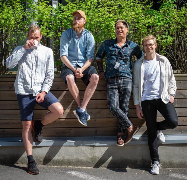 Foto: Runhild Heggem. Fire ansatte på HFG smiler til kameraet i sola.
