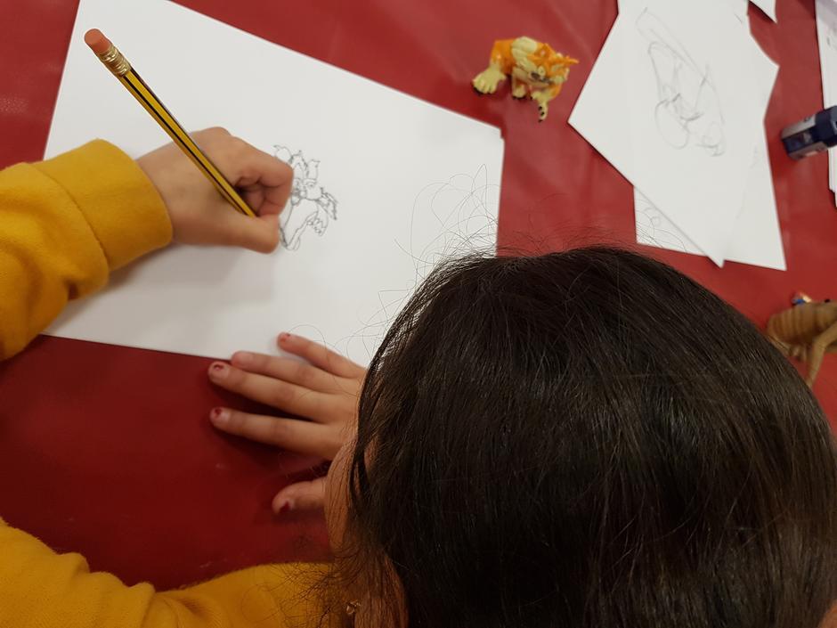 Nærbilde av en ung jente på tegnekurs