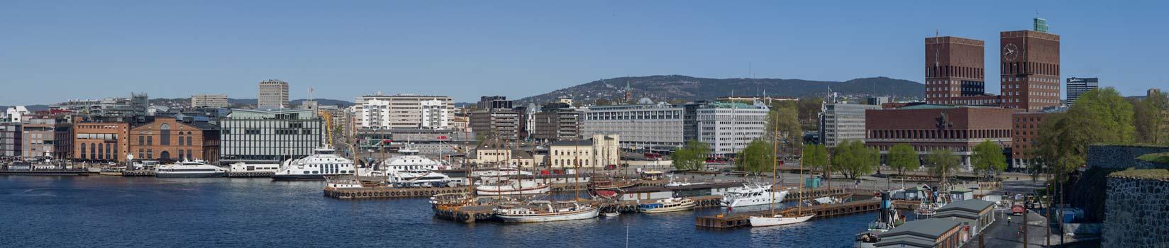 Oslo sett fra sjøsiden med Aker brygge og rådhuset