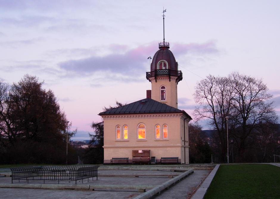 Tårnhuset på St. Hanshaugen i solnedgang foto