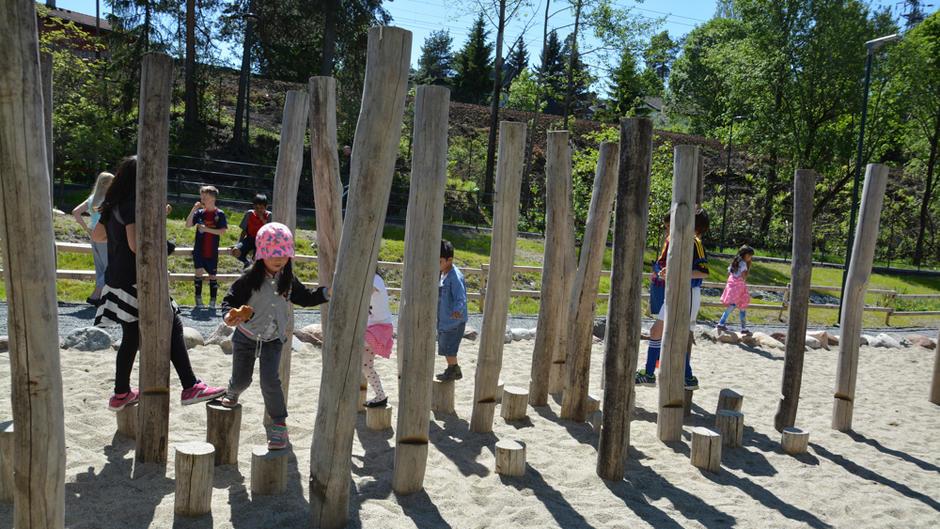 Barn i lek ved Byggern