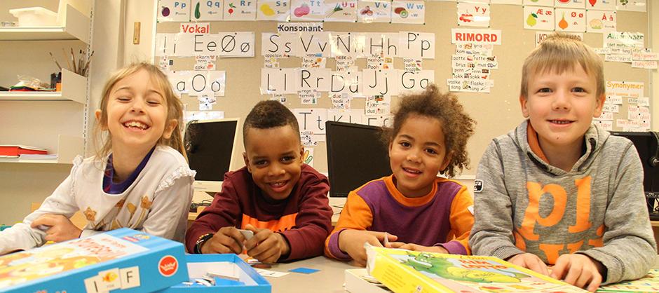 Barneskoleelever i klasserom.