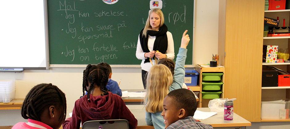 Lærer og elever i klasserom