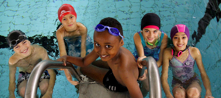Elever med svømmeundervisning.