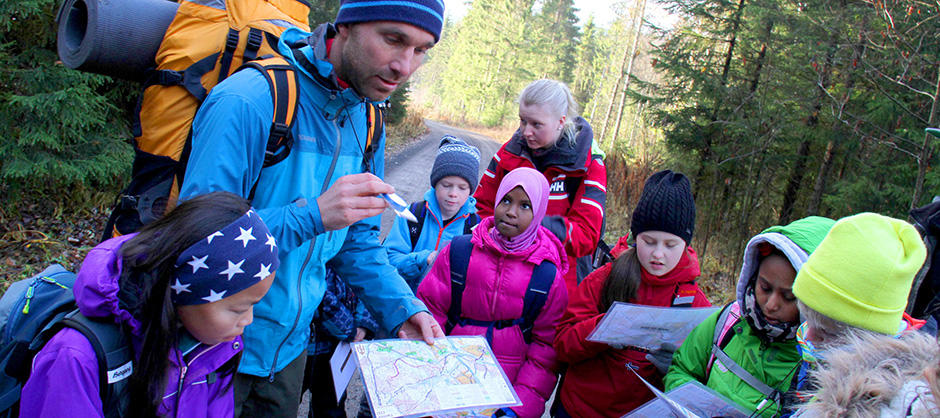 Elever lærer om kart og kompass på Markaskolen.
