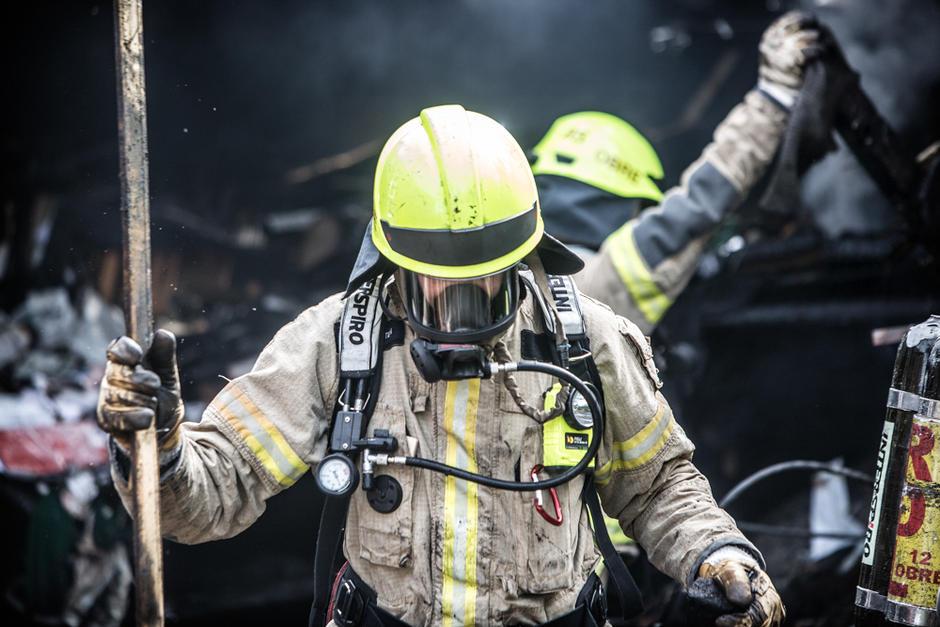 En røydykker fra Briskeby brannstasjon slokker brann i en enebolig på Ljan.